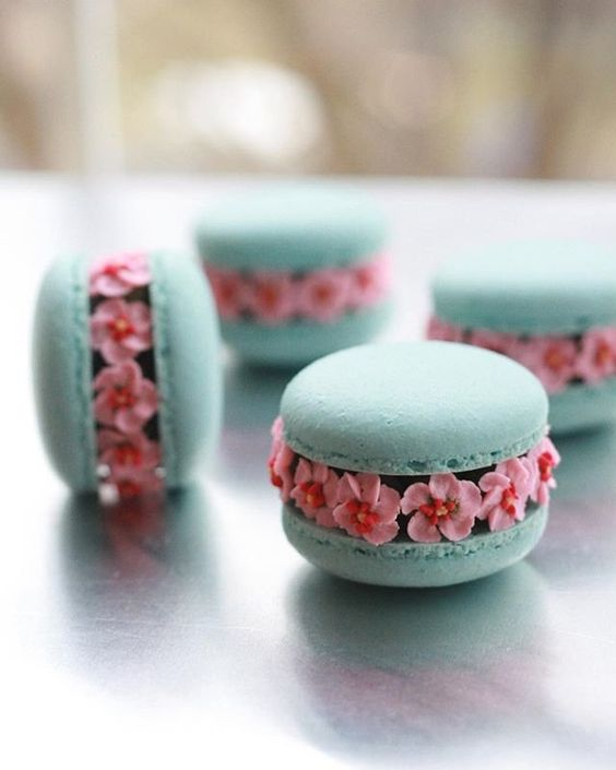 floral macarons stuffed with royal icing flowers - Creative Macaron Tutorials