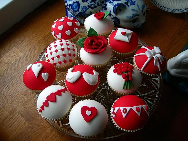 red and white cupcakes with rose, hearts and love birds on it - Valentines Day Fun Tutorials