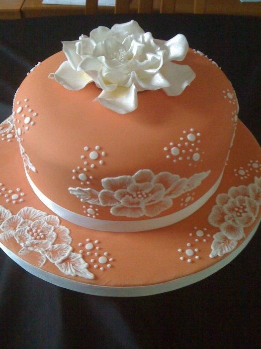 a simple fondant beauty with royal icing work